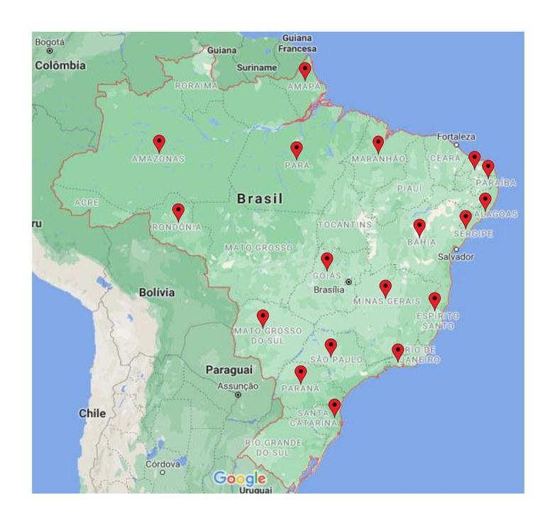 Imagem do mapa do Brasil, com destaque na cor vermelha nos seus limites geográficos. No mapa aparece a fronteira com alguns países da América do Sul, na parte superior e na ordem da esquerda para a direita tem-se a Colômbia, Guiana, Suriname e Guiana Francesa. Na parte central e esquerda: Bolívia, e parte inferior, na ordem da esquerda para a direita tem-se o Chile, Paraguai e Uruguai. O Mapa é preenchido por dois tons da cor verde e alguns pontos na cor bege. A extremidade da lateral esquerda/inferior e a lateral direita são na cor azul. Dentro área do Brasil há dezoito marcações em forma de gota invertida, na cor vermelha com um ponto na cor preta no centro, a marcação está nos Estados do Amapá, Amazonas, Pará, Maranhão, Rio Grande do Norte, Paraíba, Alagoas, Sergipe, Bahia, Rondônia, Goiás, Minas Gerais, Espírito Santo, Mato Grosso do Sul, São Paulo, Rio de Janeiro, Paraná e Santa Catarina.